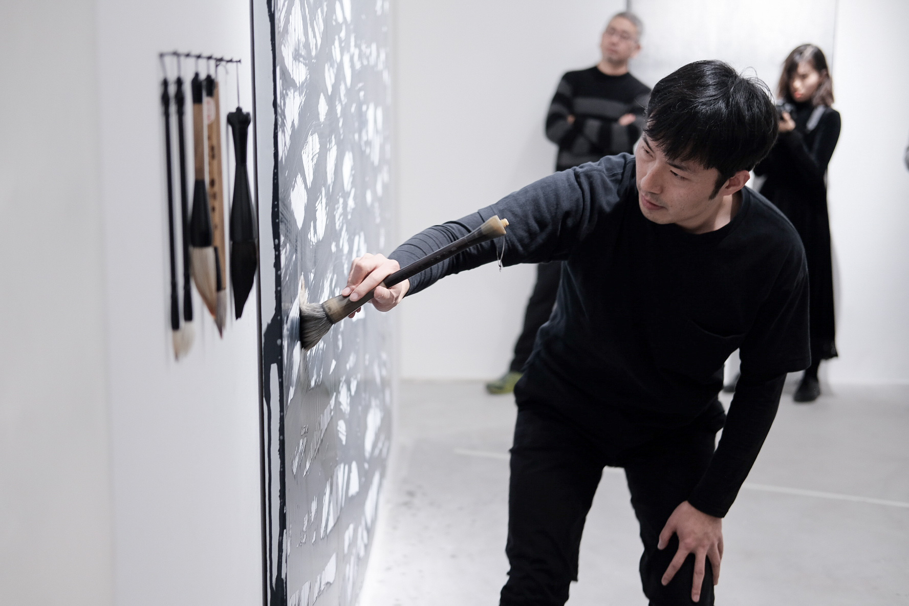 Artist Wang Chao in the course of performing