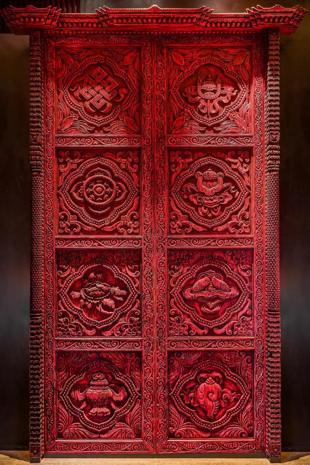 The eight auspicious symbols in Tibetan Buddhism